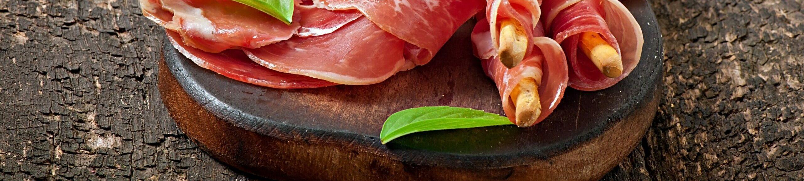 <p>Viaje a Guijuelo (Salamanca) para saber cómo distinguir el mejor ibérico del serrano. ¿Hay alguien a quién no le guste el jamón? Jamón de cerdo ibérico de bellota, claro. Un producto excepcional que es uno de los grandes tesoros gastronómicos de España. La primera denominación de origen para jamones ibéricos […]</p>